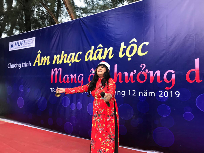 NSND Ngọc Giàu, NS Mạc Can, Việt Hương mang niềm vui san sẻ trong mùa Giáng sinh - Ảnh 9.