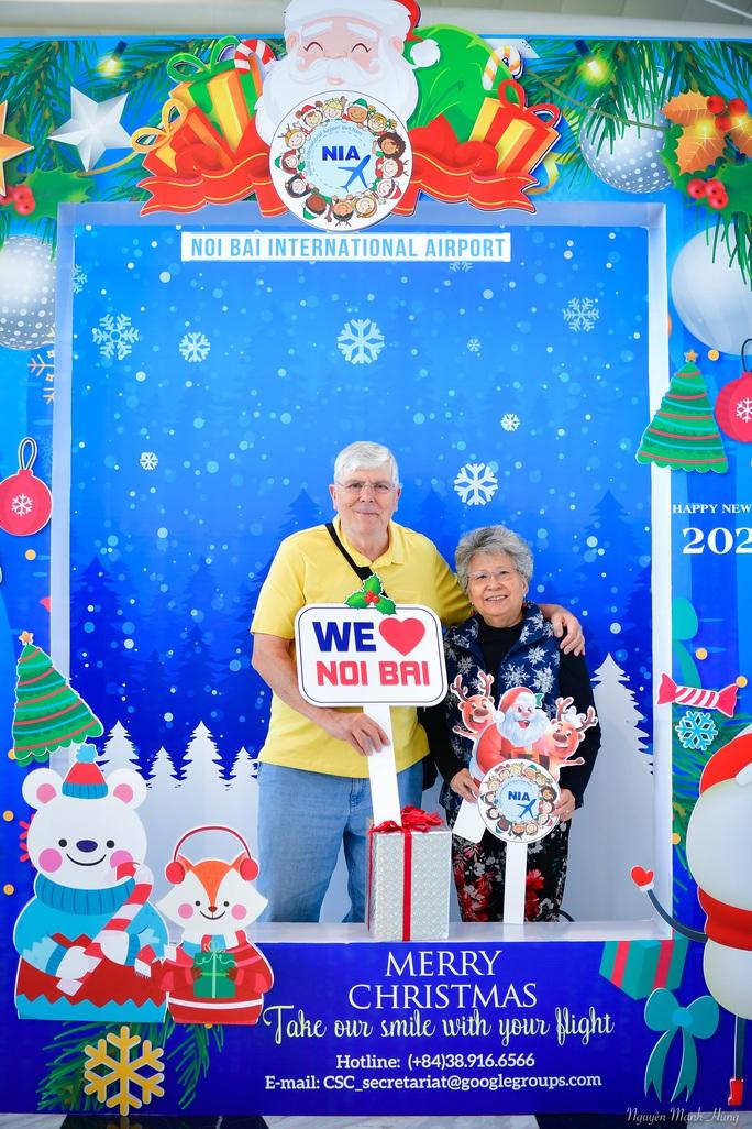 Bất ngờ với Ông già Noel, Công chúa Tuyết ở sân bay - Ảnh 7.