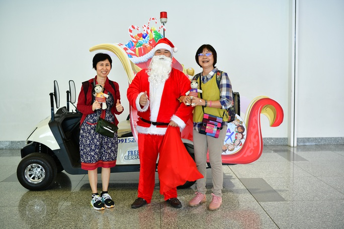 Bất ngờ với Ông già Noel, Công chúa Tuyết ở sân bay - Ảnh 2.