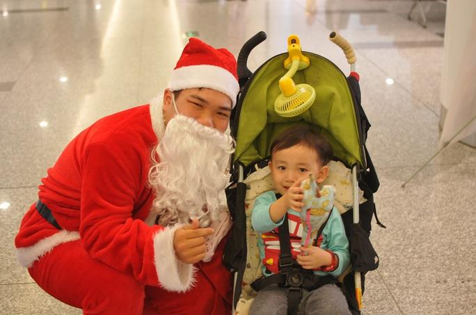 Bất ngờ với Ông già Noel, Công chúa Tuyết ở sân bay - Ảnh 3.