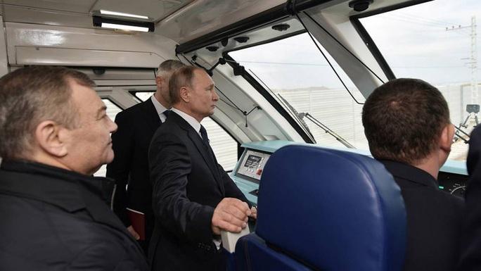 Ông Putin vượt cầu đường sắt dài nhất châu Âu đến Crimea - Ảnh 1.