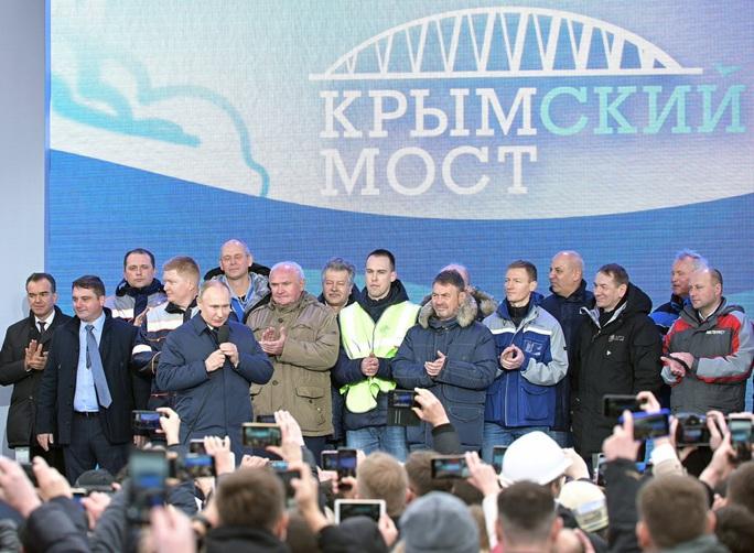 Ông Putin vượt cầu đường sắt dài nhất châu Âu đến Crimea - Ảnh 3.