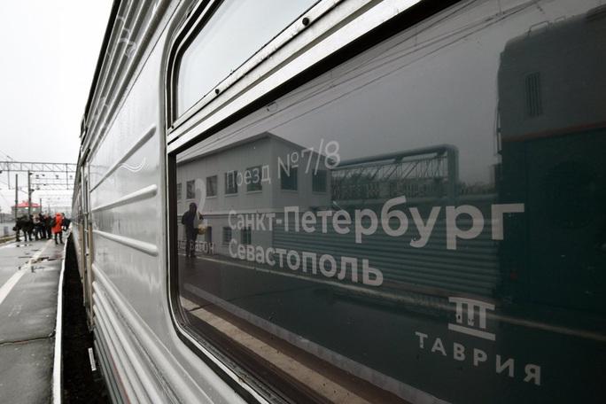 Ông Putin vượt cầu đường sắt dài nhất châu Âu đến Crimea - Ảnh 4.