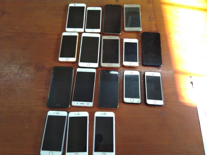 Bắt nữ quái móc trộm 17 chiếc điện thoại trong nhà thờ đêm Noel - Ảnh 3.