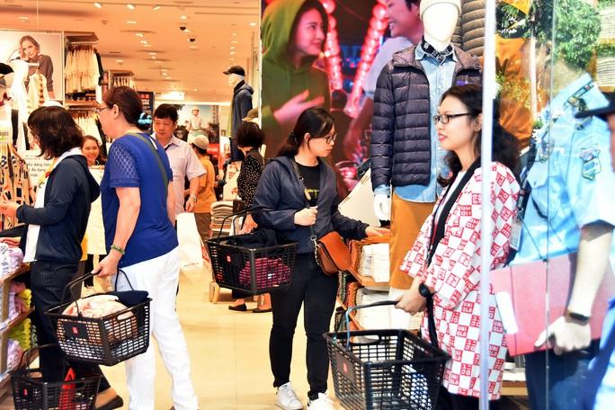 H&M, Zara, UniQlo… khuynh đảo thị trường thời trang Việt - Ảnh 1.