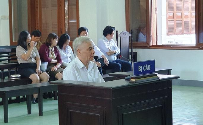 Cựu chánh án bị buộc tội tham ô: Tôi rất xấu hổ khi ngồi đây - Ảnh 1.
