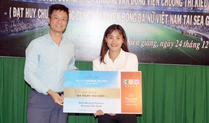 Kiên Giang vinh danh nữ trung vệ quả cảm Chương Thị Kiều - Ảnh 2.