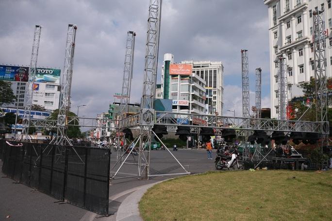 Chưa được phép, doanh nghiệp đã dựng sân khấu lớn trên đường phố - Ảnh 3.