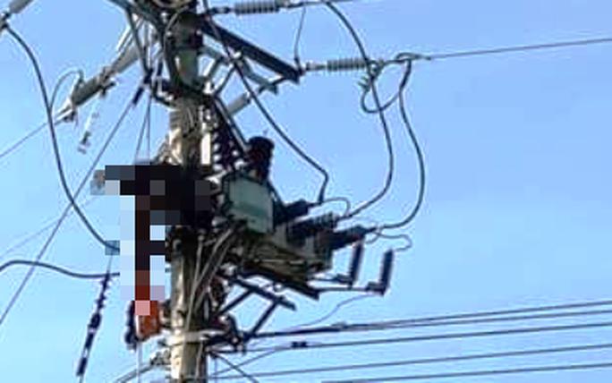 Sửa chữa điện để đón Tết, 1 công nhân bị điện giật tử vong trên trụ - Ảnh 1.