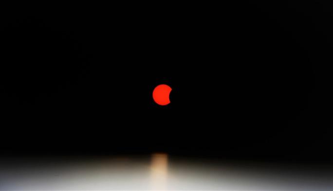 Ngắm nhật thực cuối cùng của thập kỉ bằng kính thiên văn - Ảnh 8.