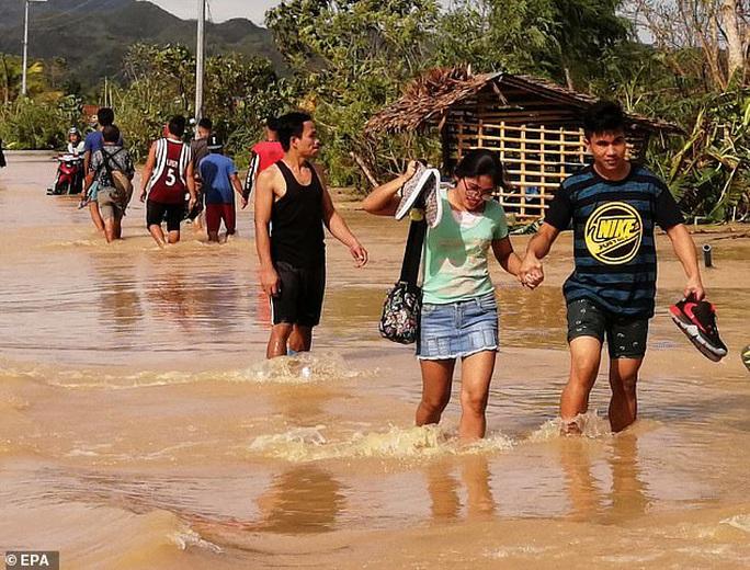 Làm 16 người chết ở Philippines, bão Phanfone hướng đến Việt Nam - Ảnh 1.