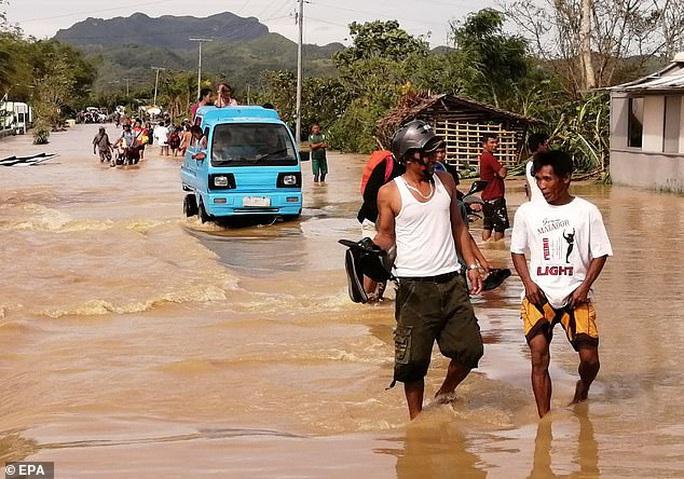 Làm 16 người chết ở Philippines, bão Phanfone hướng đến Việt Nam - Ảnh 3.