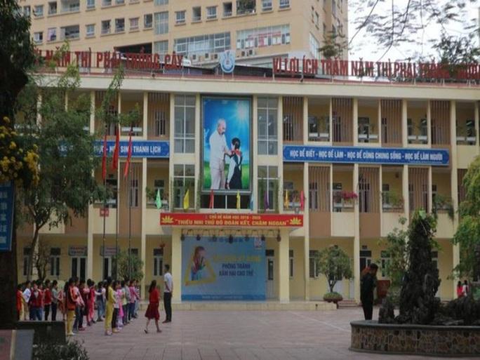 Chủ tịch Hà Nội yêu cầu xử lý vụ cô giáo bị 17 phụ huynh tố giật tóc, đạp học sinh - Ảnh 1.