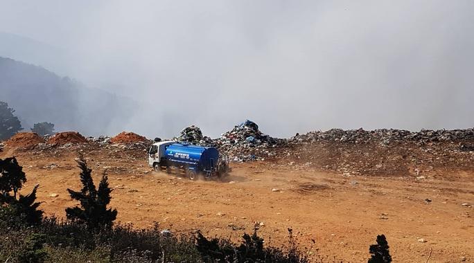 Cận cảnh núi rác Cam Ly bốc cháy, khói bụi bao trùm TP Đà Lạt - Ảnh 9.