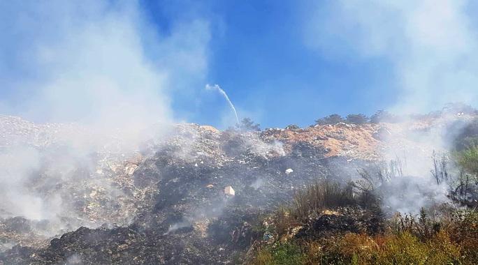 Cận cảnh núi rác Cam Ly bốc cháy, khói bụi bao trùm TP Đà Lạt - Ảnh 1.
