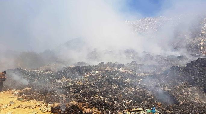 Cận cảnh núi rác Cam Ly bốc cháy, khói bụi bao trùm TP Đà Lạt - Ảnh 7.