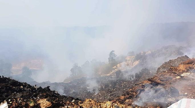 Cận cảnh núi rác Cam Ly bốc cháy, khói bụi bao trùm TP Đà Lạt - Ảnh 6.