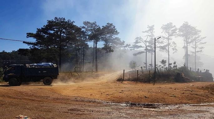 Cận cảnh núi rác Cam Ly bốc cháy, khói bụi bao trùm TP Đà Lạt - Ảnh 5.