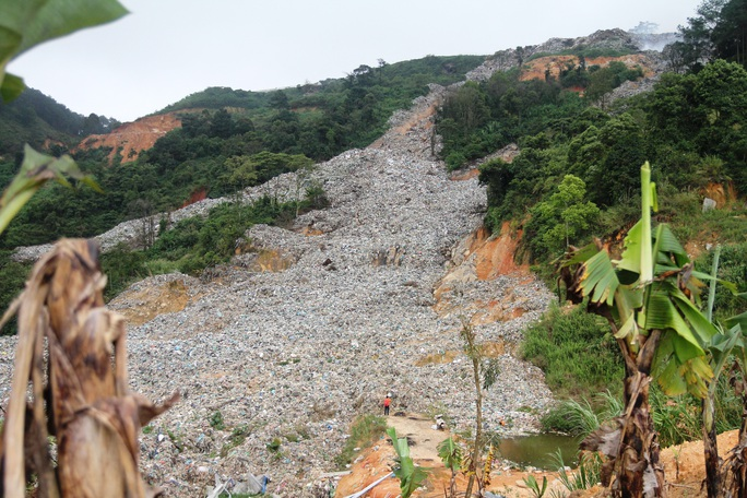 Cận cảnh núi rác Cam Ly bốc cháy, khói bụi bao trùm TP Đà Lạt - Ảnh 4.
