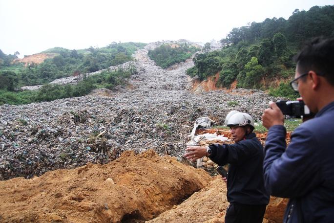 Cận cảnh núi rác Cam Ly bốc cháy, khói bụi bao trùm TP Đà Lạt - Ảnh 2.