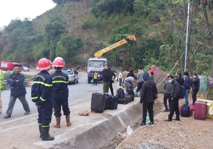 Xe giường nằm bay ra khỏi quốc lộ, 41 hành khách hoảng loạn, la hét - Ảnh 1.