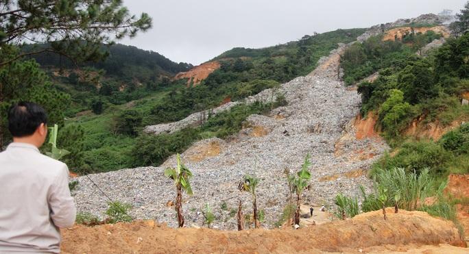 Cận cảnh núi rác Cam Ly bốc cháy, khói bụi bao trùm TP Đà Lạt - Ảnh 3.