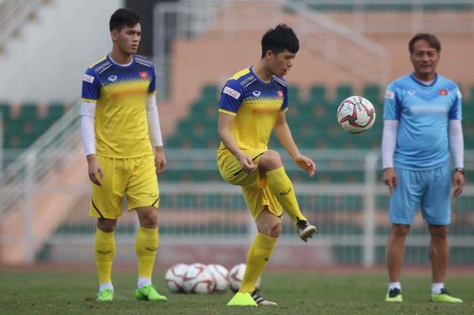 U23 Việt Nam bắt đầu tập 2 buổi/ngày, tìm người thay Đoàn Văn Hậu - Ảnh 1.