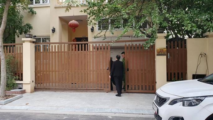 CLIP: Khám xét nhà Chánh Văn phòng thành ủy Hà Nội Nguyễn Văn Tứ - Ảnh 3.