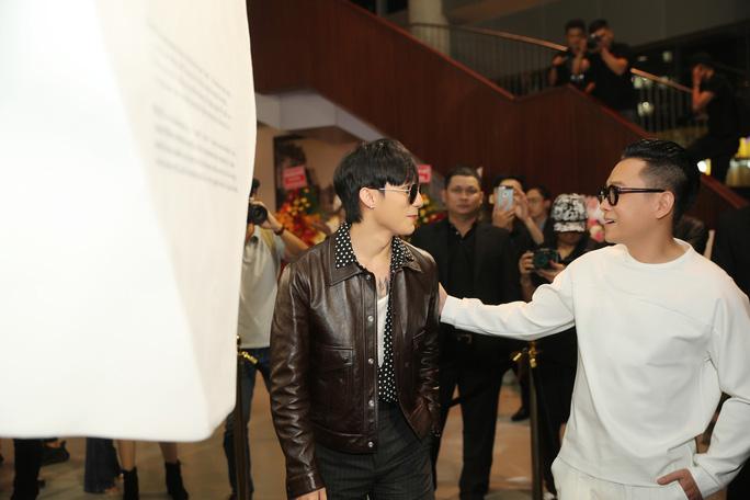Sơn Tùng M-TP gây chú ý tại triển lãm thời trang Nguyễn Công Trí - Ảnh 1.