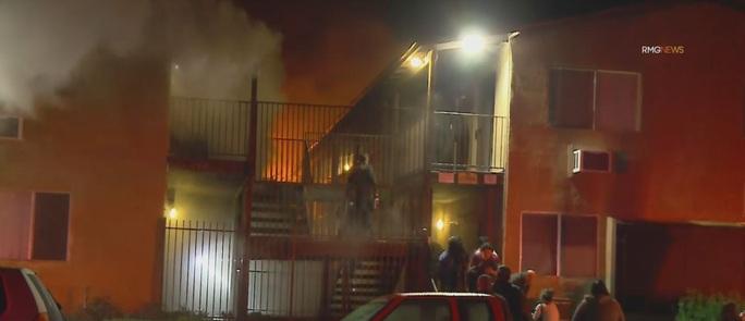 Lao vào chung cư đang cháy để cứu con, 3 cha con cùng chết - Ảnh 1.