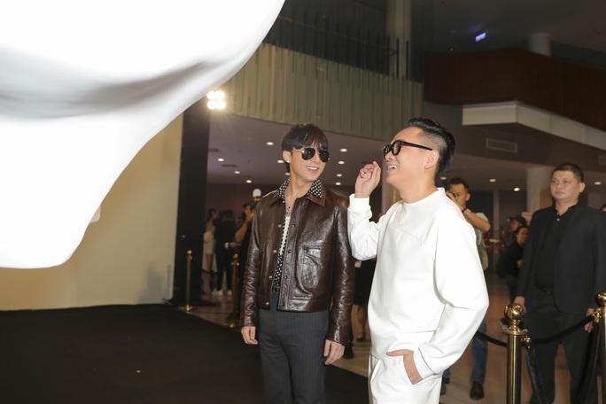 Sơn Tùng M-TP gây chú ý tại triển lãm thời trang Nguyễn Công Trí - Ảnh 2.