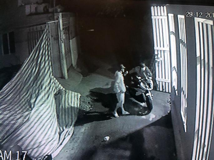 Trộm đột nhập nhà dân cuỗm mô tô trị giá hơn nửa tỉ đồng lúc rạng sáng - Ảnh 1.