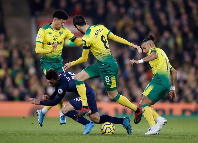 Thoát hiểm nghẹt thở tại Carrow Road, Tottenham lỡ bước vào top 4 - Ảnh 1.