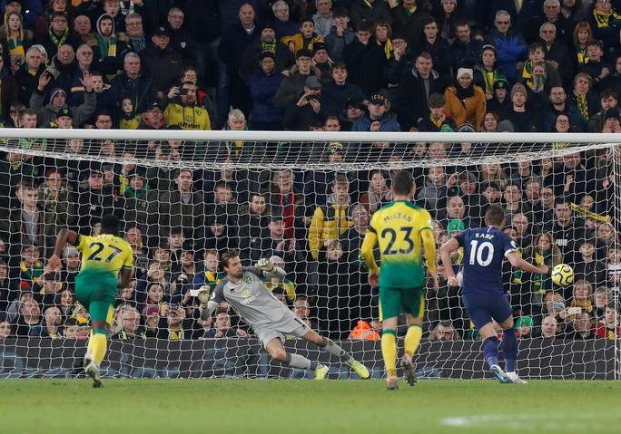 Thoát hiểm nghẹt thở tại Carrow Road, Tottenham lỡ bước vào top 4 - Ảnh 6.