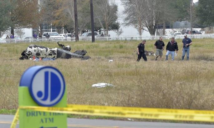 Ngồi máy bay đi xem bóng bầu dục, hành khách thiệt mạng gần hết - Ảnh 1.