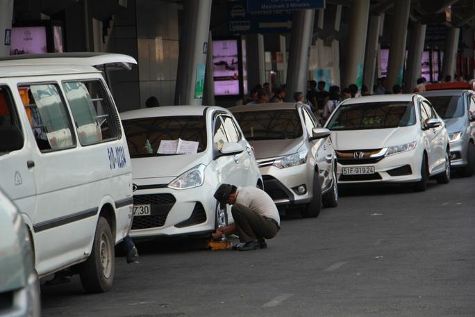 Nhiều tài xế bị tước bằng lái tại sân bay Tân Sơn Nhất - Ảnh 1.