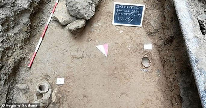 Đào đường đặt cáp quang, phát hiện mộ cổ kỳ lạ 1.300 tuổi - Ảnh 1.