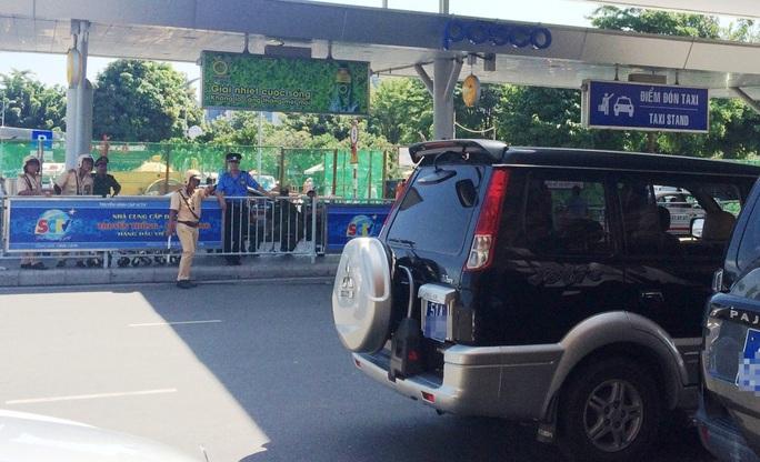 Nhiều tài xế bị tước bằng lái tại sân bay Tân Sơn Nhất - Ảnh 2.