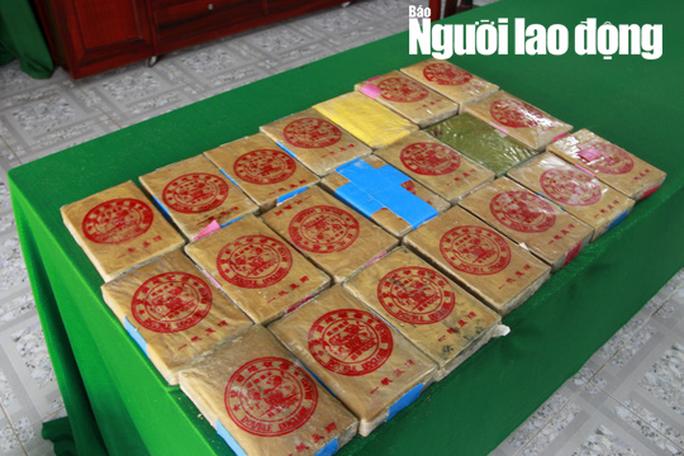 Tiếp tục phát hiện can nhựa chứa 21 gói nghi ma túy dạt biển Thừa Thiên - Huế - Ảnh 1.