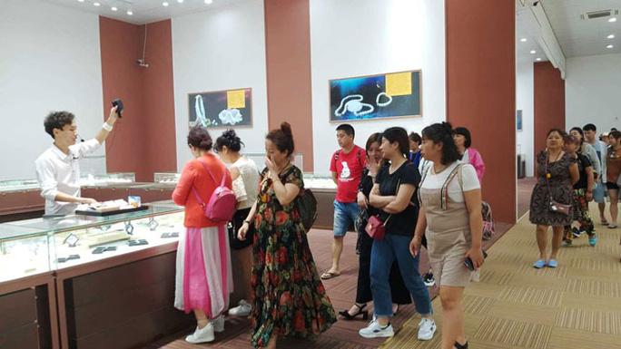 Khó xử lý cửa hàng dành cho khách Trung Quốc - Ảnh 1.