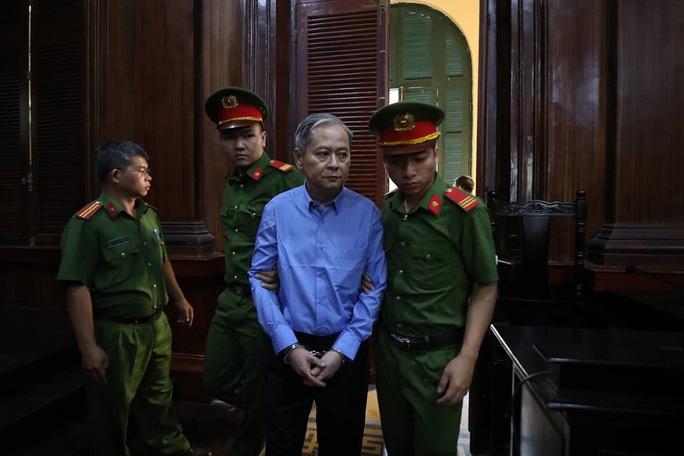 Clip: Bị cáo Nguyễn Hữu Tín và cấp dưới nói gì trước khi tòa tuyên án? - Ảnh 1.