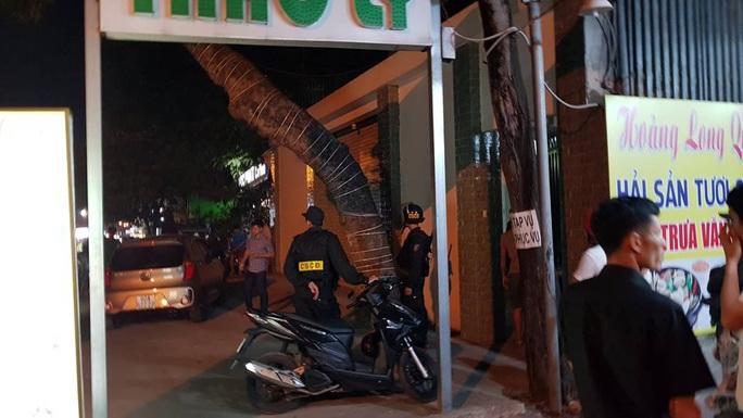 Quán karaoke khóa trái cửa, cảnh sát bẻ khóa bắt nhiều đối tượng nhảy nhót cùng ma túy - Ảnh 1.