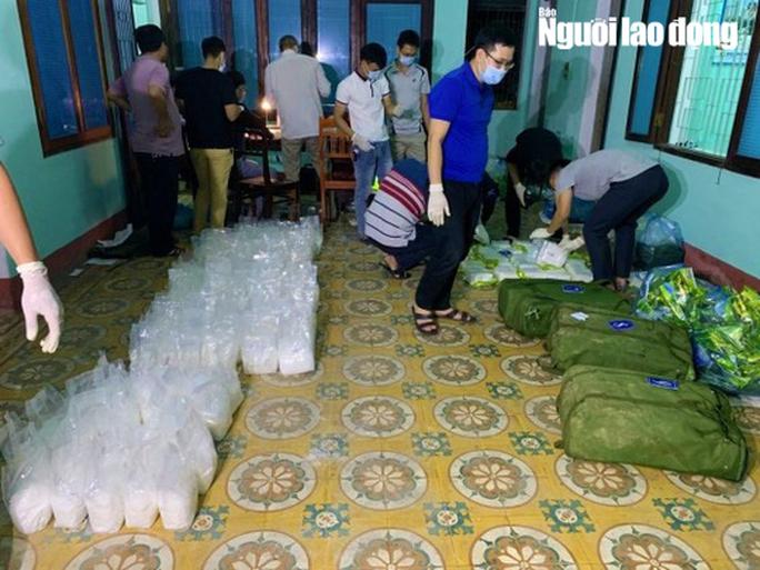 Truy bắt 2 nghi phạm vận chuyển gần 250kg ma túy bỏ trốn vào rừng - Ảnh 1.