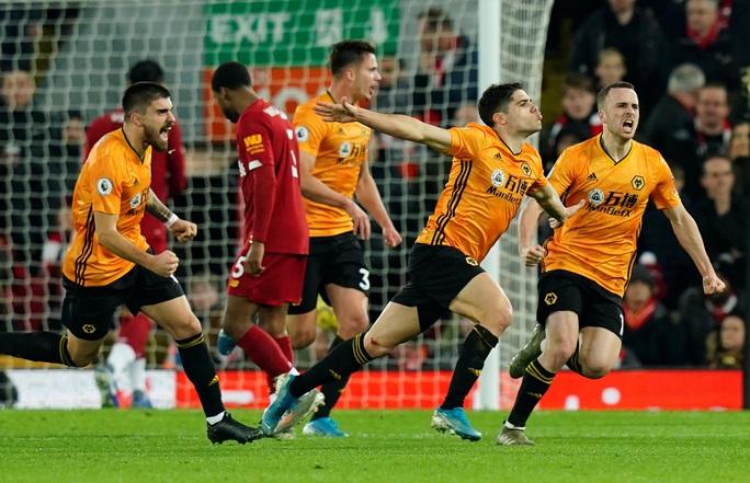 Ngoại hạng Anh sốc nặng khi VAR giải cứu Liverpool - Ảnh 5.