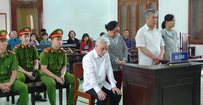 Cựu chánh án Phú Yên tham ô gục đầu nghe tòa tuyên phạt - Ảnh 1.