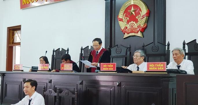 Cựu chánh án Phú Yên tham ô gục đầu nghe tòa tuyên phạt - Ảnh 3.