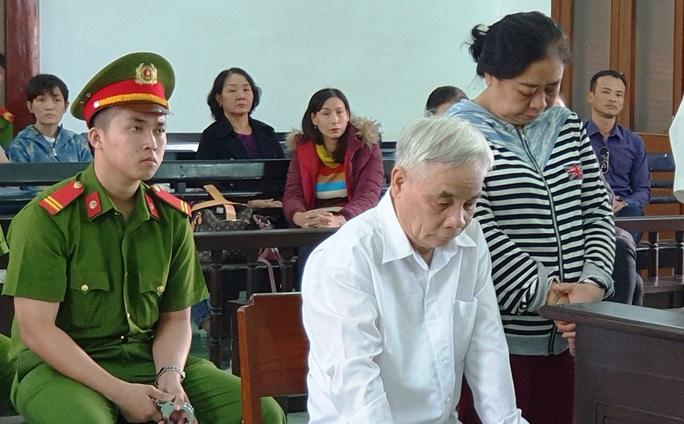 Cựu chánh án Phú Yên tham ô gục đầu nghe tòa tuyên phạt - Ảnh 2.