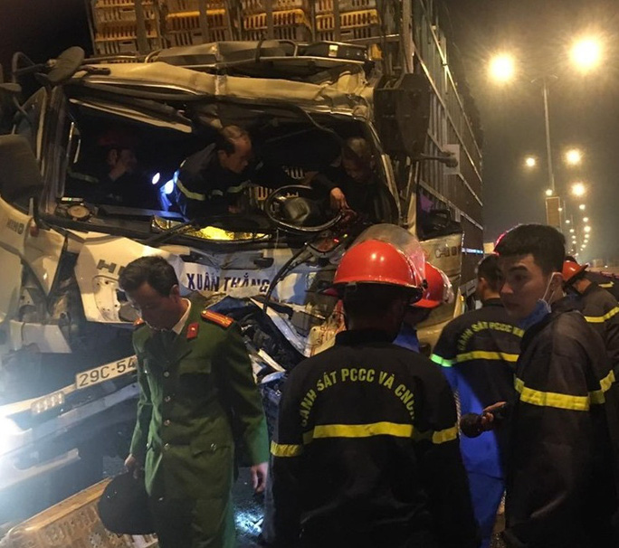 Chùm ảnh cảnh sát cắt cabin giải cứu tài xế xe tải bị thương nặng gục trên vô lăng - Ảnh 1.