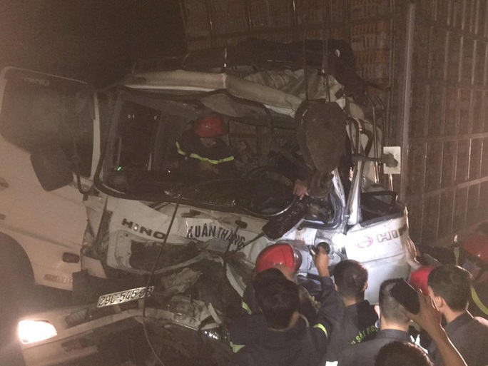 Chùm ảnh cảnh sát cắt cabin giải cứu tài xế xe tải bị thương nặng gục trên vô lăng - Ảnh 2.