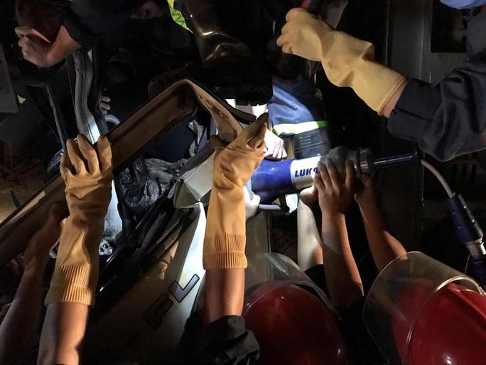 Chùm ảnh cảnh sát cắt cabin giải cứu tài xế xe tải bị thương nặng gục trên vô lăng - Ảnh 4.